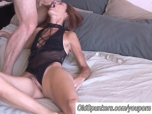 cougar amateur loves it anal
