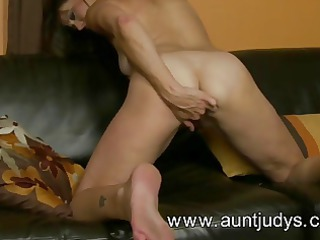 beautiful mature babe mimi moore fist fucks her