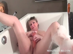 cougar pleasing her horny pussy into bathtub