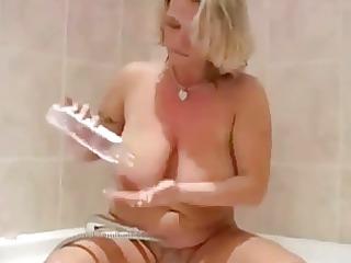 blonde older  beim duschen