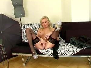 mature babe fisting her pussy