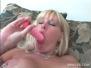 awesome lesbo act with bbw albino vibing clit